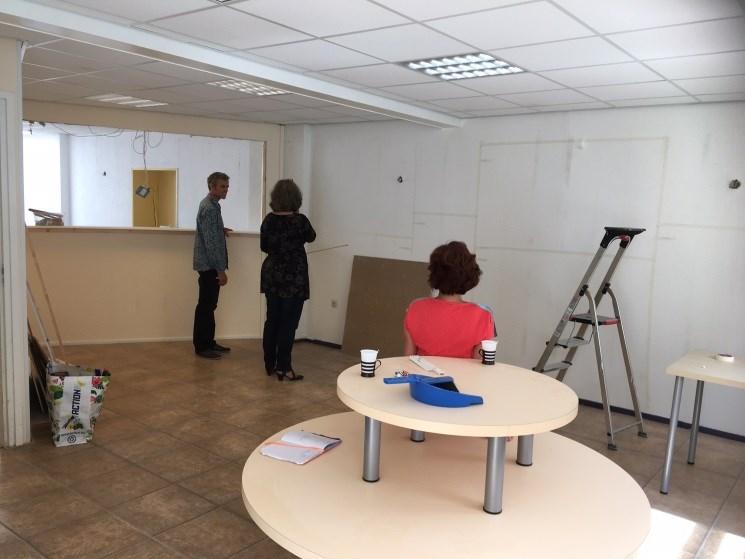 Bouwcoördinatoren Arend en Lieneke Feitsma met stylist Ria Bernards aan het brainstormen